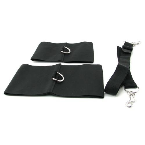 Deze zachte, knusse en comfortabele elastische banden werken perfect als enkel of pols boeien. meegeleverd ...